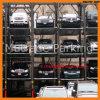 Empilhador triplo dos automóveis do estacionamento do quadrilátero