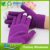 紫色のスマートな電話タッチ画面の手袋の子供または女性の手袋