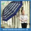 يطوي هبة [سون] ومطر طباعة شمسية مظلة لأنّ خارجيّة