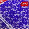 美しく青い花の花弁のレースファブリック