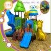 Teatro ao ar livre do campo de jogos das crianças com parque de diversões da corrediça