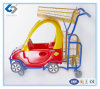 De Karretjes van jonge geitjes met de Plastic Auto van het Stuk speelgoed