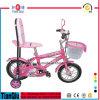 Bicicleta cor-de-rosa dos miúdos com a bicicleta das crianças da sela do descanso da parte traseira da elevação