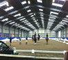 鉄骨構造の屋内乗馬競技場