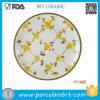 Il piccolo colore giallo elegante fiorisce la zolla di pranzo di ceramica