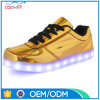 La scarpa da tennis casuale superiore luminosa LED dell'oro dei 2017 commerci all'ingrosso mette in mostra i pattini