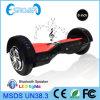Individu de deux roues équilibrant le scooter électrique avec la lumière de Bluetooth LED