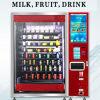 Красный торговый автомат питья плодоовощ и молока в районе