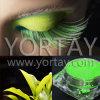 El joven sale del pigmento verde de la perla de la sombra de ojo del maquillaje de la carne