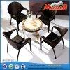 Cadeiras e tabelas da mobília do pátio