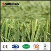 Hierba artificial de la hierba sintética verde del balompié del campo