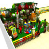 Le jeu d'enfants de toit d'arbre forestier place la cour de jeu d'intérieur
