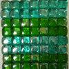 混合されたガラスモザイクはタイルを制作する