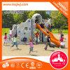 Kind-im Freienspielplatz-kletternde Wand mit Plättchen