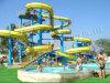 水公園の螺線形開いたシュートのスライド