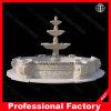 La fabbrica direttamente passa la fontana di marmo intagliata