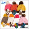 卸し売り女性はアクリルの冬の帽子の帽子を編む