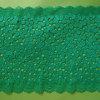 スカラップで仕上げられた端が付いている美しい緑の小さい花のすべてのスパンデックスそしてナイロンレース
