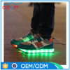 スポーツの多彩な靴を実行する普及した新しいスニーカーの照明LED靴