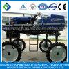 大きい農業の水田の高台のトラクターによって取付けられるスプレーヤー