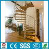 Espaço que conserva a escadaria de madeira de aço interior