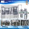 Agua mineral/pura en botella produciendo la maquinaria