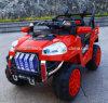 おもちゃ車トラックは電気自動車の電池式のおもちゃ車をからかう