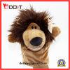 La peluche réaliste joue la marionnette de main de lion d'animal sauvage