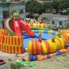 Parque inflable del agua del dragón con la diapositiva