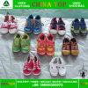 Ordentliche Sahne verwendete Kind-Schuhe in den Ballen