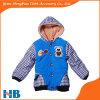 Los niños que arropan el modelo de la verificación envuelven la ropa del bebé de la capa del muchacho azul