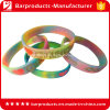 A parte superior colorida marca o bracelete da borracha de silicone