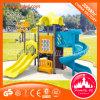 Embroma el ejercicio del equipo al aire libre de la diapositiva del patio