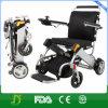 障害者のための電動車椅子のスクーターを折る旅行
