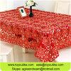 ハンドメイドのカット・ワークによって刺繍される赤いテーブルクロス