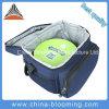 La spalla adulta trasporta il sacchetto più freddo isolato pranzo termico