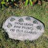 Pedra de piso do jardim da resina com pata do cão