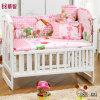 O bebê bonito da cor-de-rosa da ucha coube jogos da folha