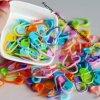 A embalagem 1000 do PCS Assorted o Crochet de confeção de malhas plástico das cores 22mm que trava marcadores do ponto
