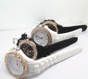 Factory OEM Diamante Charming Silicone Couples Wrist Watch (HL-CD002) pictures & photos