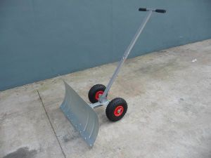 Wheeled Manual Metal Steel Snow Shovel for Cleaning Tc2013