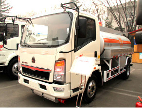 Sinotruck HOWO Mini 5000 Liters Fuel Tank Truck pictures & photos