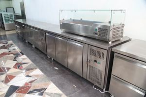 Snack Bar Pizza Preparation Counter Refrigerator with Glass Lids (GN3100TNC) pictures & photos