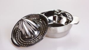 Hot Sale Kitchen Using by Hand 201 Stainless Stee Fruit Squeezerl Lemon Squeezer pictures & photos