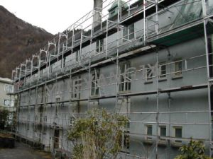 how to set up scaffolding on a slope