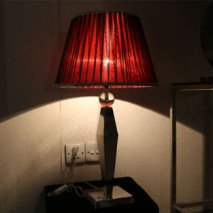 Antique Hotel Decorative Red Silk Shade Bedside Table Lamp pictures & photos