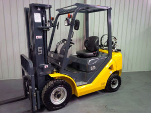 Un 1.5t Nissan LPG Forklift with 4700mm 3-Stage Container Mast pictures & photos