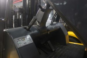 Un 7.0t Diesel Forklift with Original Isuzu Engine and Triplex 6.0m Mast pictures & photos