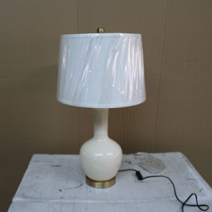Antique Hotel Decorative off White Ceramic Bedside Table Lamp pictures & photos