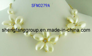 Fashion Jewelry Floral Alloy Accessories Pearl Necklace Jewelry (SFN0279A)